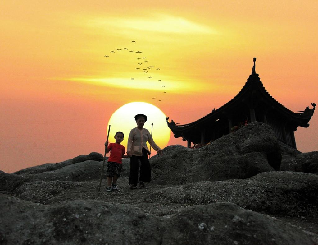 Hoàng hôn trên đỉnh Yên Tử. Ảnh baohanoimoi