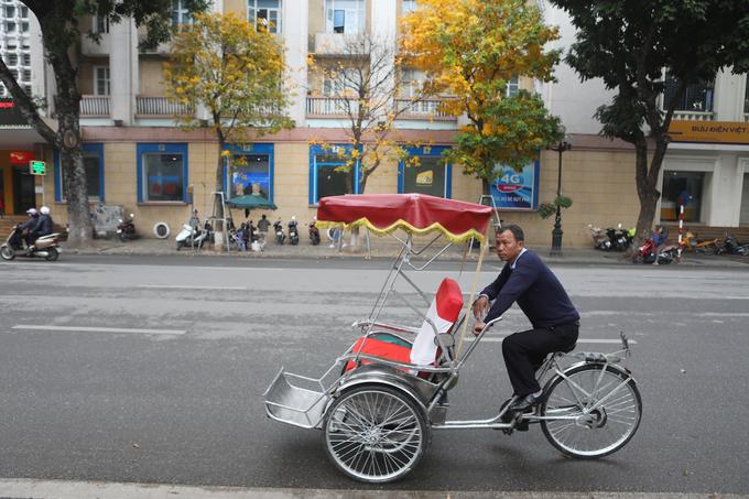 Hà Nội mùa thay lá, ngẩn ngơ khách qua đường