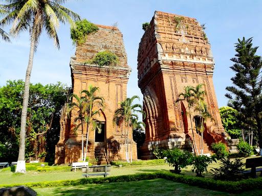 Đến Bình Định nhớ ghé thăm 3 tháp Chăm nổi tiếng.