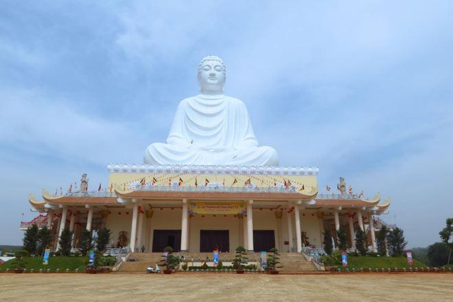 Độc đáo ở Bình Phước với tượng Phật khổng lồ nằm trên mái